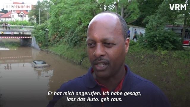 Geflutete Unterführung setzt Auto unter Wasser