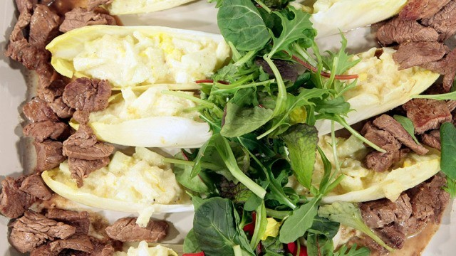 Chicoree-Salat mit Rinderfiletstreifen