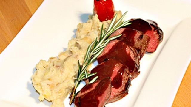 Rehfilet mit Schokoladenrosmarin-Sauce, geschmolzenen Tomaten und Kartoffel-Maronen-Püree