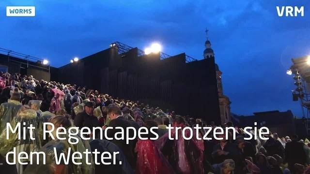 """Nibelungen-Stück """"Überwältigung"""" feiert Premiere"""