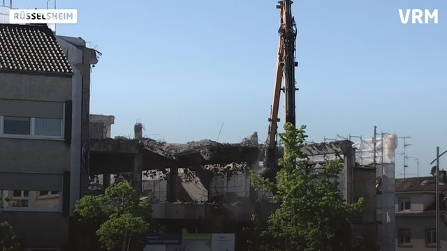 Neue Phase der Abrissarbeiten des Karstadt-Gebäudes