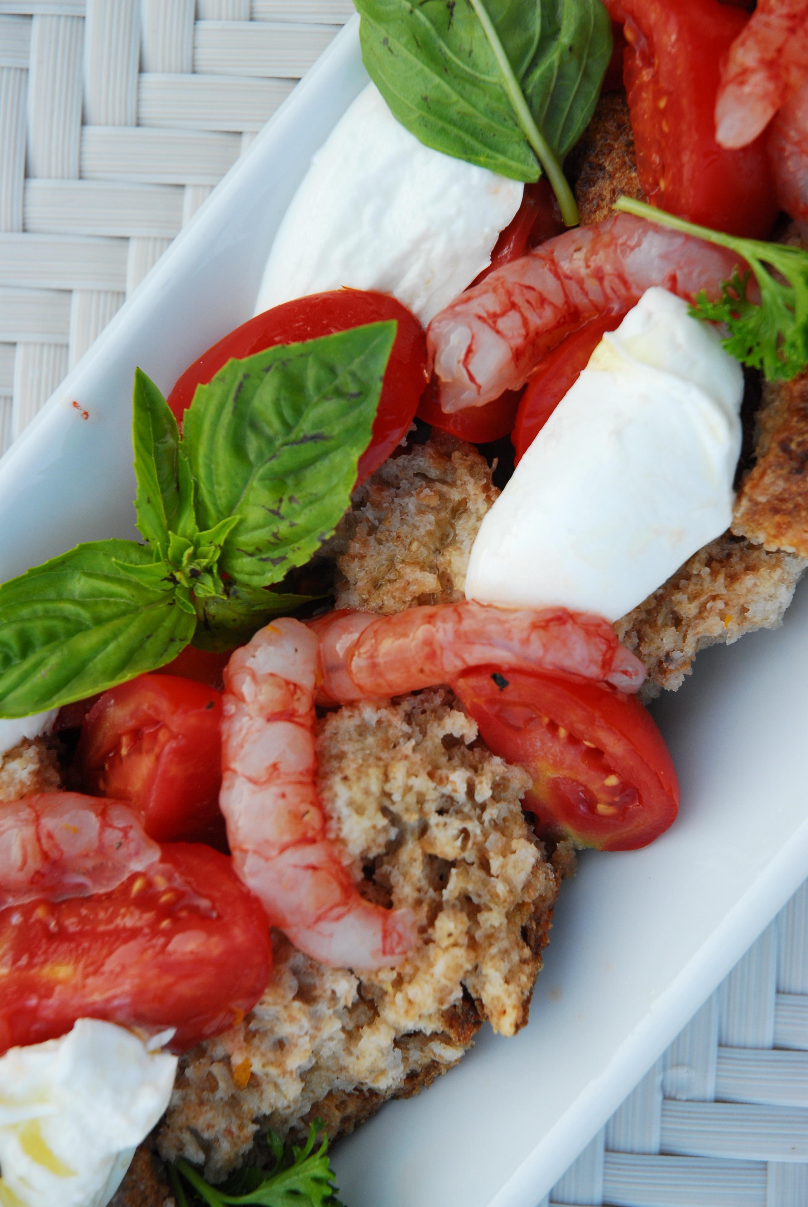 Brotsalat mit Gemüse und Meeresfrüchten