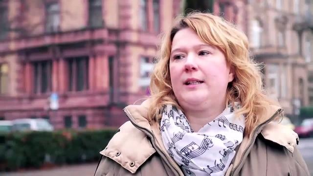 Wortpiratin rot-weiß: Mara Pfeiffer trifft Historikerin Petra Tabarelli