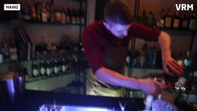 Barkeeper Dominik beim Einfüllen eines Drinks