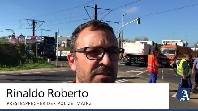 Unfall in Mainz: Pkw und Straßenbahn kollidieren