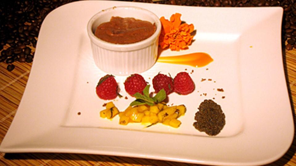 Kaffeekaviar mit Olivenöl-Mangosalat und Schokoladensoufflé
