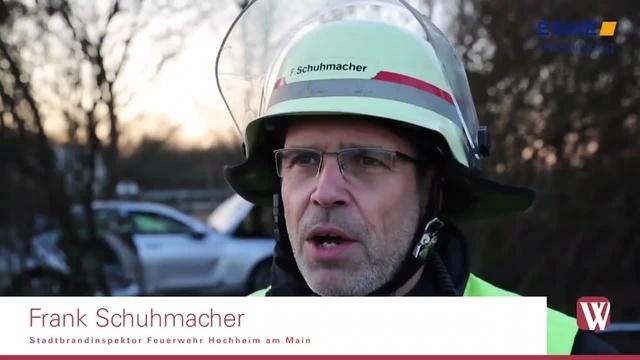 Ehepaar muss an A671-Ausfahrt Hochheim Nord aus Auto befreit werden