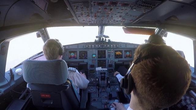 Easyjet - Inside the Cockpit (3)