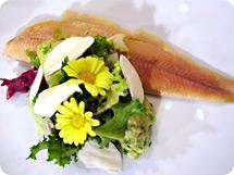 Geräuchertes Forellenfilet auf Avocadotartar und Mandelvinaigrette