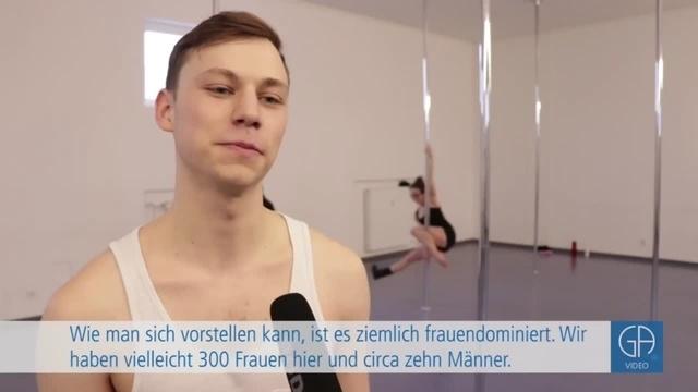 Simon Koch tanzt Poledance