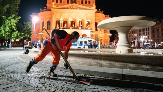 Sperrstunde: Räumung des Frankfurter Opernplatzes