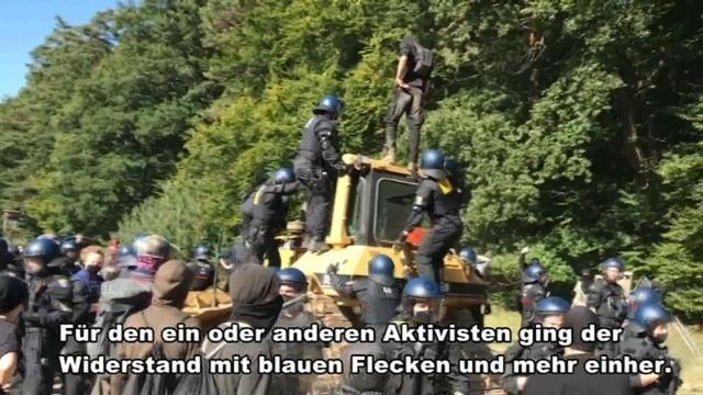 Aktivisten blockieren Planierraupe im Dannenröder Forst
