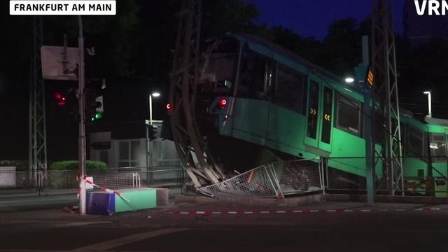 U-Bahn fährt über Prellbock in Frankfurt
