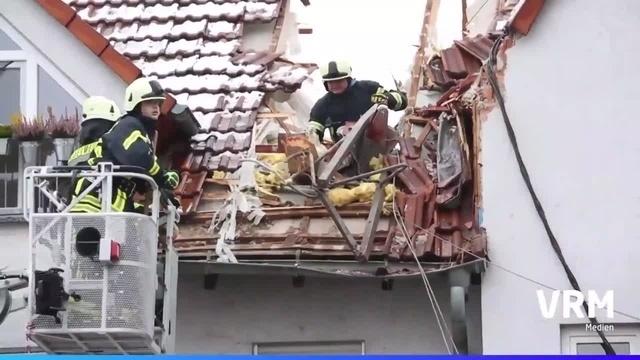 Flörsheim-Wicker: Kran stürzt auf Haus