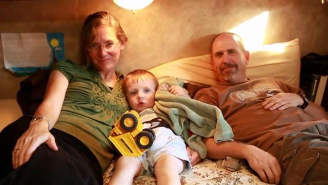 Eine Großfamilie im Wohnwagen