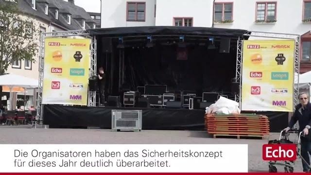 Letzte Aufbauarbeiten beim Schlossgrabenfest in Darmstadt
