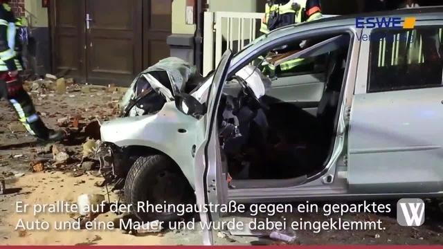 Wiesbaden: Schwer verletzter Pkw-Fahrer in Fahrzeug eingeklemmt