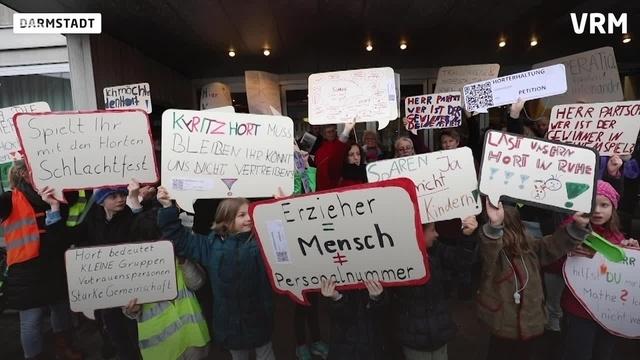 Schüler demonstrieren vor der Stavo in Darmstadt