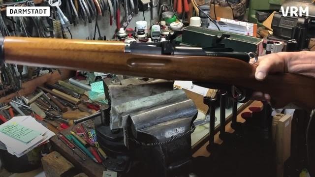 Peter Friedl repariert und verkauft Waffen