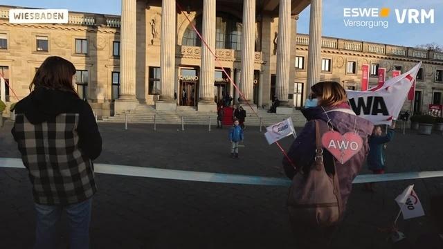 Mahnwache der Awo Wiesbaden vor dem Kurhaus