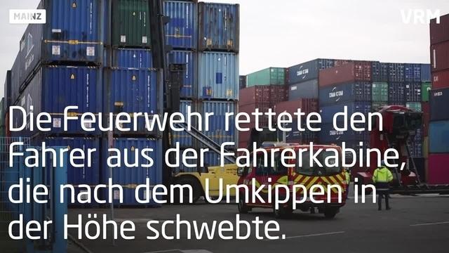 Stapler kippt im Mainzer Containerhafen um