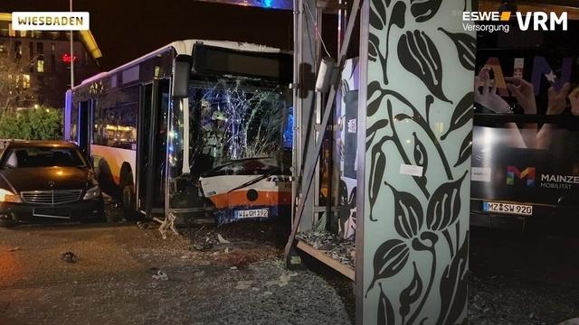 Schwerer Busunfall am Wiesbadener Hauptbahnhof