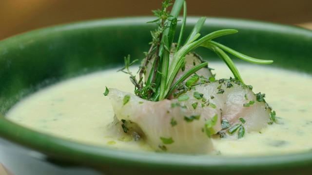Zucchinisuppe mit Saibling