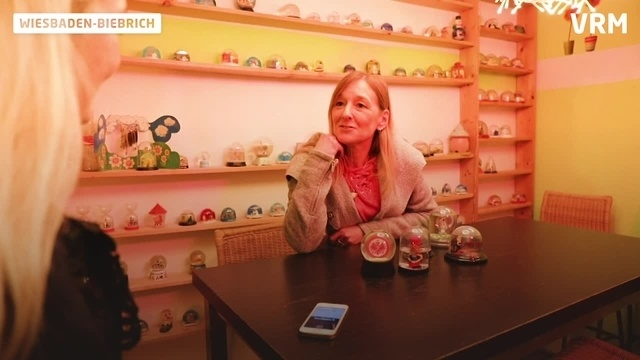 Wiesbadenerin hat eine Sammlung von 700 Schneekugeln