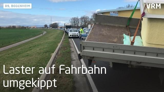 LKW kippt auf B9 bei Bodenheim um