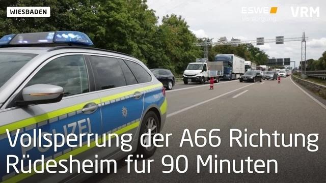 Wiesbaden: Unfall auf A66 - Mann fährt in Absperrung