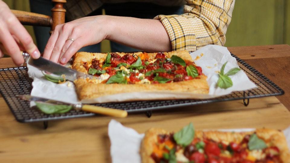 Geröstete Tomaten-Törtchen mit Pesto, Ziegenkäse und Basilikum