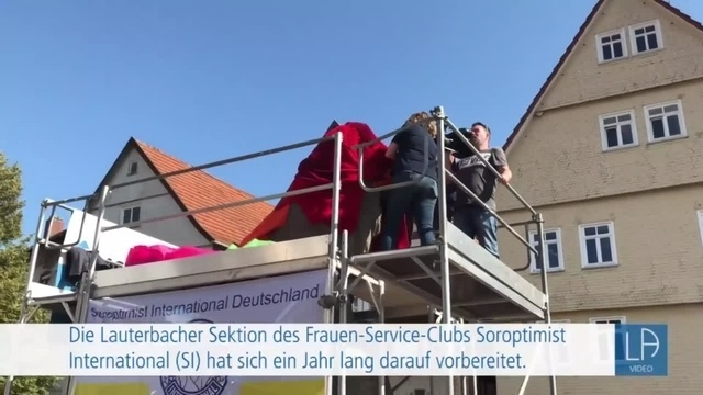 Verhüllung des Löwen in Lauterbach