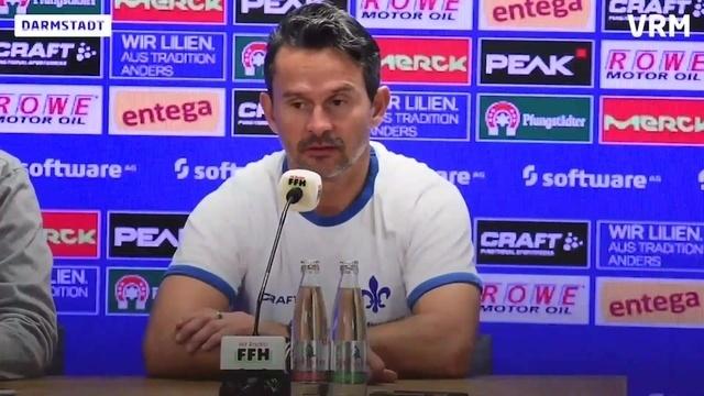 Trainer Dirk Schuster vom SV Darmstadt 98 zum Spiel gegen Greuther Fürth