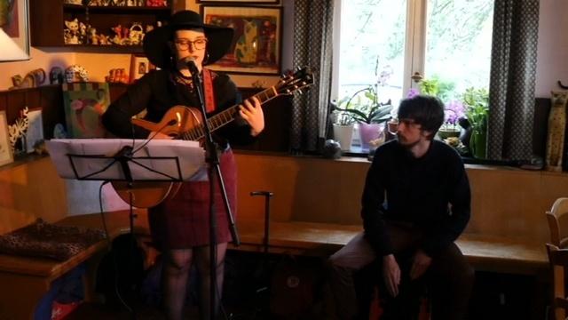 Anna Mercedes spielt beim Konzert in der Kneipe