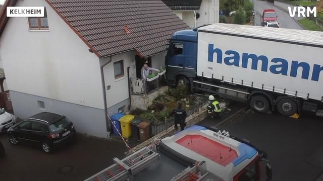 Lkw kracht in Kelkheim in Hauswand