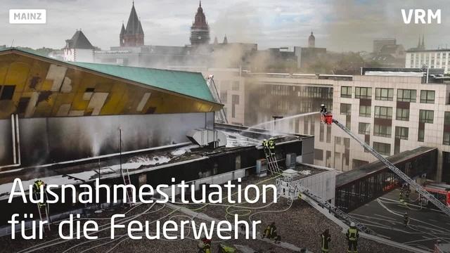 Rheingoldhallenbrand: Feuerwehrleute blicken zurück