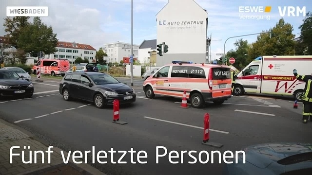 Rettungswagen kollidiert mit Pkw in Wiesbaden