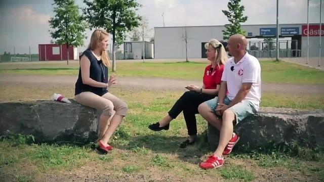 Wortpiratin rot-weiß: Mara Pfeiffer trifft Maria Hauf-Nauth und Alex Ruff von der AG Fanservice