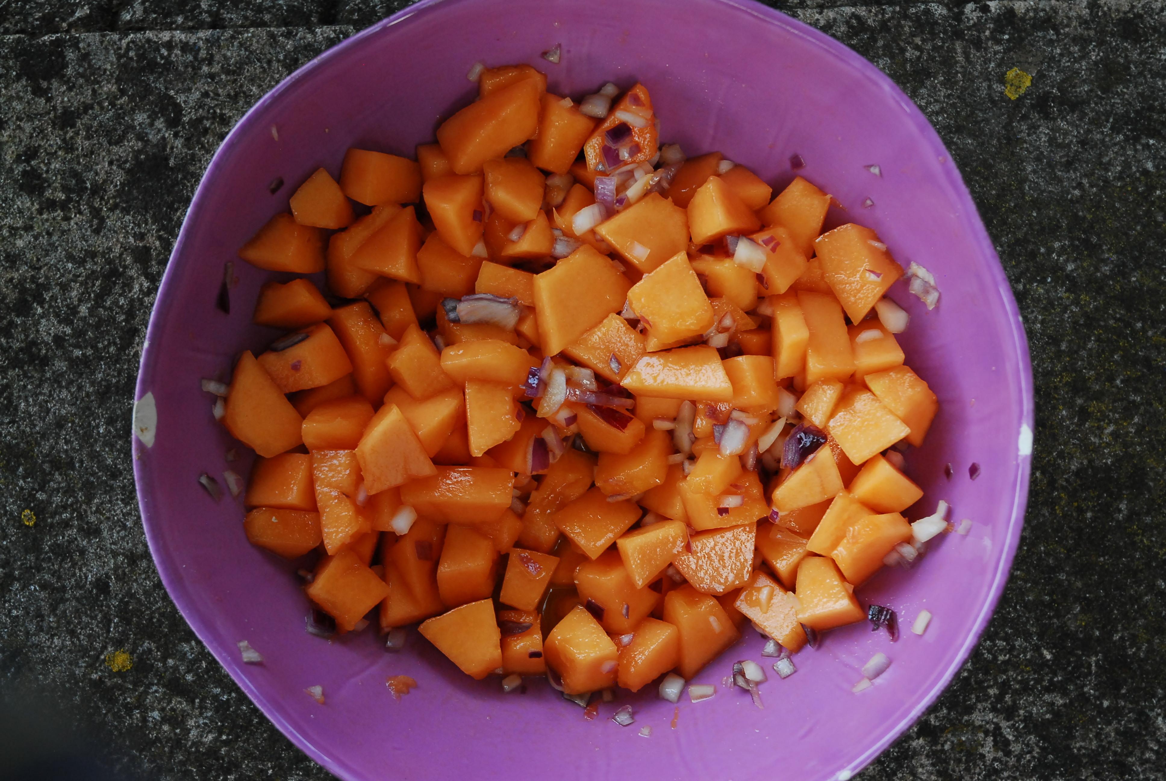 Zuckermelonensalat mit Zwiebeln