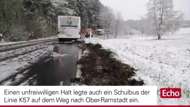 Schulbus fährt bei Neunkirchen in den Graben