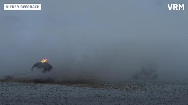 Strohballen brennen auf Seeheimer Höhe