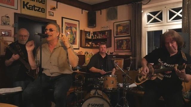 Red Bananas Blues Band spielt Konzert in der Kneipe