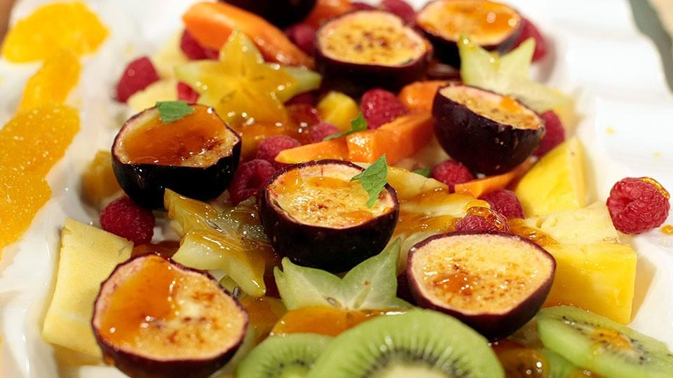 Passionsfrucht-Pannacotta in der Frucht serviert mit exotischem Obstsalat von Johann Lafer