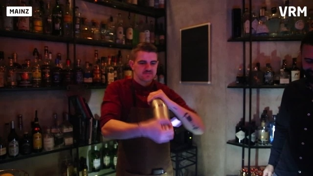 Barkeeper Dominik beim Cocktail Shaken