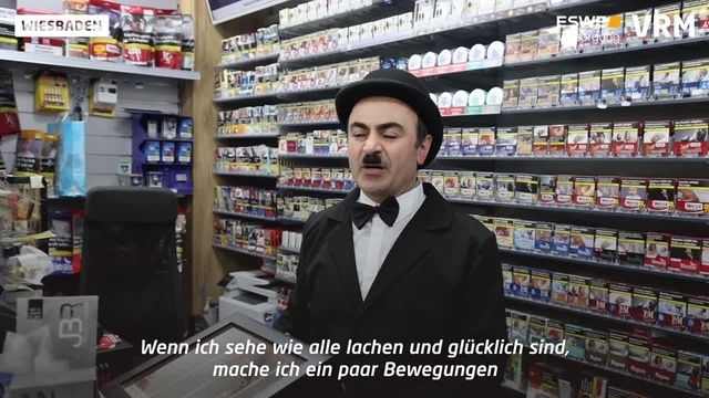 In Biebrich bedient Charlie Chaplin Kioskbesucher