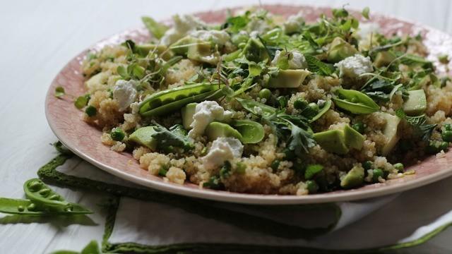 Quinoa Salat mit Erbsen und Ziegenkäse