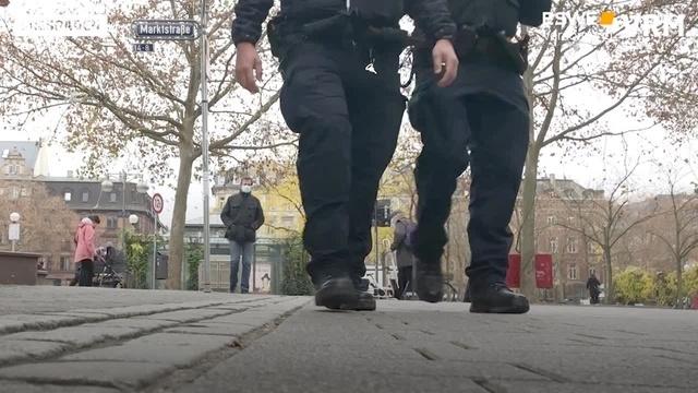 Kontrolle der Maskenpflicht in Wiesbadener Fußgängerzone