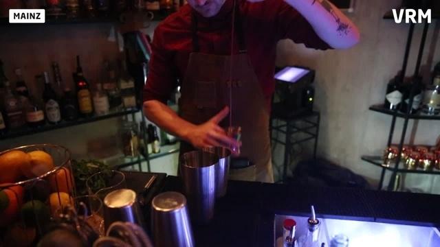 Barkeeper Dominik beim Abmessen mit dem Jigger