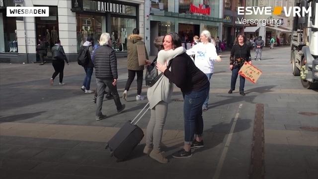 Fremde Menschen umarmen in Wiesbaden