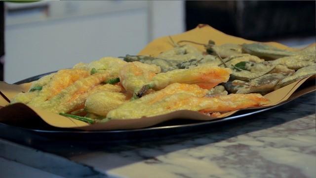 Frittierte Zucchiniblüten mit Salbei